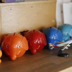 色分けされた、お二人の貯金箱。