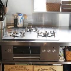 キッチン下も木箱がちょうどいいサイズ。