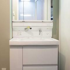 洗面台も白。TOTOで、収納力も抜群です。
