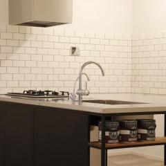 横のオープンスペースは、お子様がお皿を取り出しやすい高さに、との施主様の思いが。