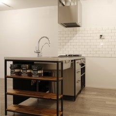 キッチンはアイアンとステンレスでオーダー。
