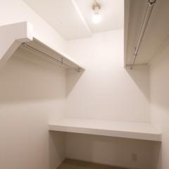 子供部屋に造り付けたウォークイン。使い勝手の良いよう、棚も設置しました。