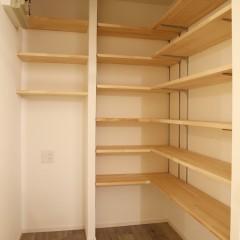 小さな書斎ですが、本を置くには十分な広さ。
