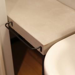 洗面台にはタオル掛けも造り付けました。