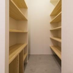 玄関収納はオープンで。スーツケースなども収納できます。