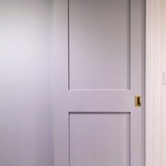 洗面ドアは淡い水色に塗装しました。