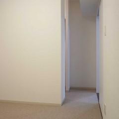 寝室にはウォークインクローゼットを造作。動線を考え、ドアは付けていません。