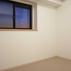 寝室の出窓もカウンターは無垢材へ。カーペットも素材などじっくり吟味したうえで決めました。