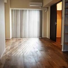 寝室も窓に面しており、ダークな床材を使っていても明るくなります。