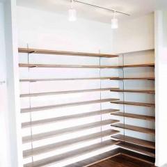 LDKのコーナーを活かし、大容量の可動式本棚を設置。