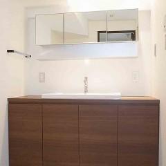 洗面は機能性も重視しながらキッチンと合わせた落ち着いた雰囲気のものを選びました。