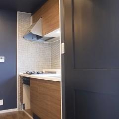 キッチンをいじった場所はコンロとレンジのみ。扉は施主様DIYにてシート施工です。