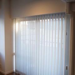 腰窓はウッドブラインドにし、掃出し窓は優しい白のブラインドを。