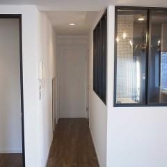 この奥には寝室。寝室ドアは明るい白で塗装しました。