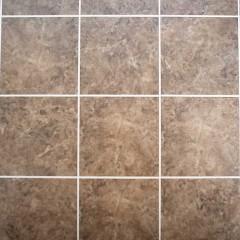 洗面の床。規格のフロアタイルをさらに小さくカットし施工しました。