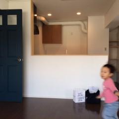 お引渡し当日。完成したばかりの部屋の中を走る!