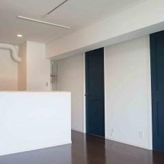 LDから見る子供部屋への入り口。居室のドアは全てネイビーで統一しました。
