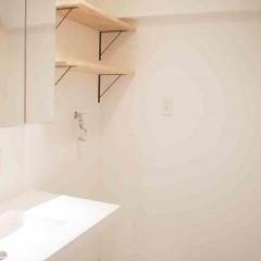洗濯パン上の収納も棚板のみですっきりと。