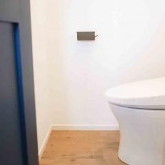 トイレ床はアンティーク調のフロアタイル。