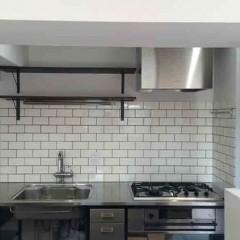 キッチンの上は極力シンプルに。その分サブウェイタイルでアクセント。
