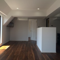 シンプルながら、造作したカウンターや取り付けた棚と暮らしやすい工夫がたくさん。
