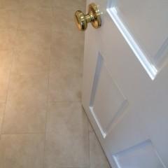 洗面は長方形のフロアタイル。白とベージュ、これも合います。