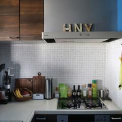 キッチン壁にはモザイクタイル。