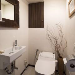 タンクレスのトイレはコンパクトでスッキリ見えます。
