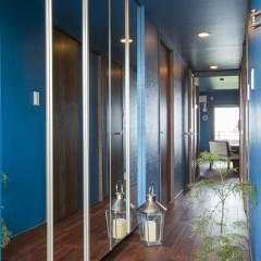 廊下もブルー塗装に。
