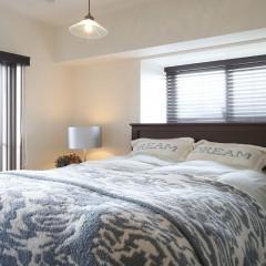 ベッドルームはシンプルに。窓が大きく自然光での目覚め。