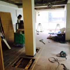 施工中① 柱を囲んだキッチンをマスキングテープでイメージ中。
