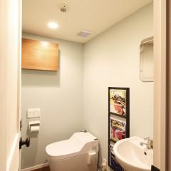 マンションとしては十分な広さのトイレも、壁面はアクセントカラーで爽やかに。