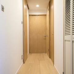 天高めいっぱいに設定したドアで、狭さを感じないろうかへと変わりました。