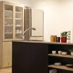 食器棚は圧迫感の出ない色味を使い、大きなものをオーダーしました。