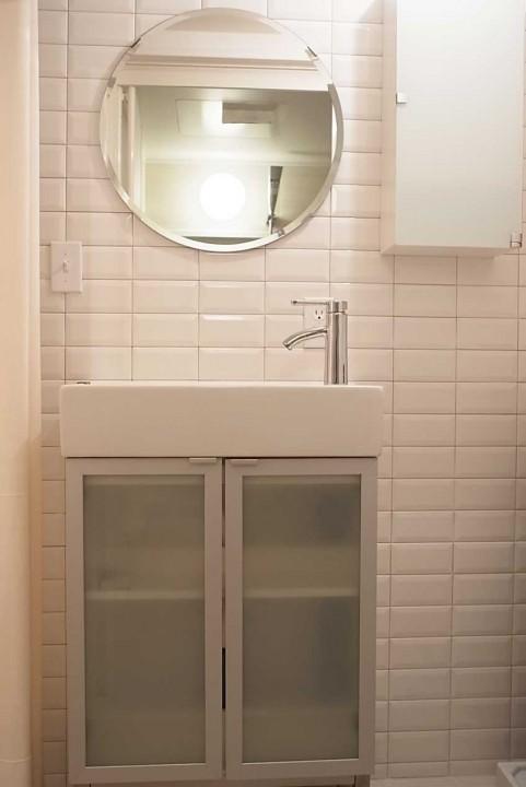 全面タイルの洗面は、清潔感のある白を使用。
