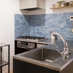 動線が少なく、作業しやすいキッチンには素材を合わせて食器棚もオーダーしました。
