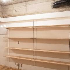 クローゼットを作らない代わりに、可動棚を設けました。