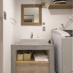 木とモルタルで造作した洗面台は、一番お気に入りの場所です。