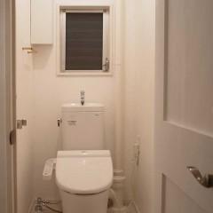ドア、床、壁と素材は違いますが白で統一しました。