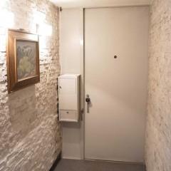 施工前① 玄関の両サイドに貼られたタイルは全部撤去し塗装しました。