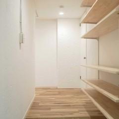 下駄箱など無かった玄関は、土間を広げ天井までの可動棚を設置。