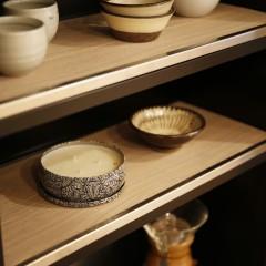 キッチンのデッドスペースは、奥様が好きな器を飾る棚を設置。