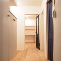 ドア枠は白にし、壁と繋げました。