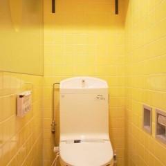 トイレの黄色いタイルは既存利用。棚だけ取付けました。