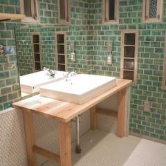 窓が目を引く洗面には、テーブルの形がかわいい洗面台を足場板でオーダー。