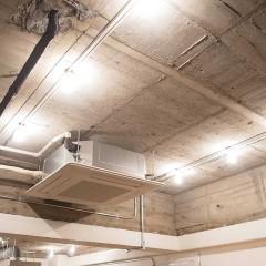 オフィス時の天カセを再利用。圧迫感を感じないよう天井目いっぱいに上げています。