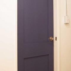 部屋への入り口はネイビー塗装で仕上げています。