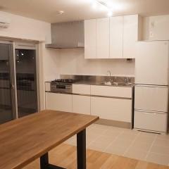 キッチンとリビングスペースは床材の貼り分けでゾーニング。