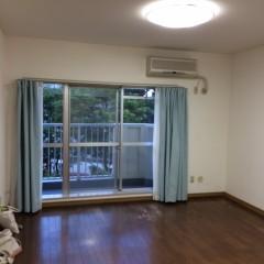 施工前⑤窓枠に付いていたカーテン。天高目いっぱいから取り付けると天井が高く見えます。
