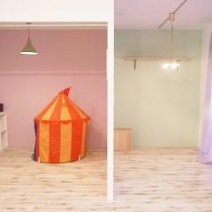 フリースペースとして使用する部屋は、ガス管にカーテンで仕切り。
